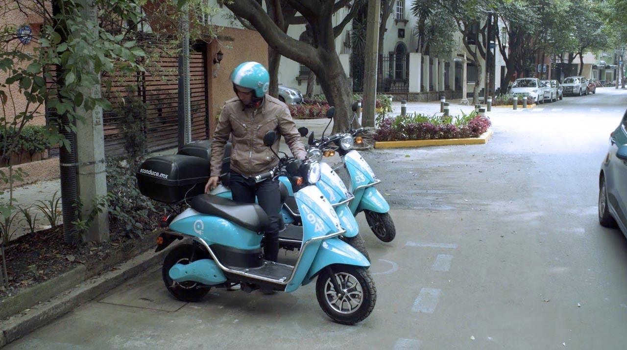 que incluye un servicio de moto